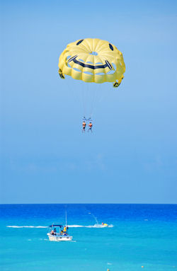 parasailing%20cancun%20shutterstock 4819780 - Features